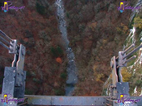 Fondo del valle (río Les Usses) desde el puente Charles-Albert