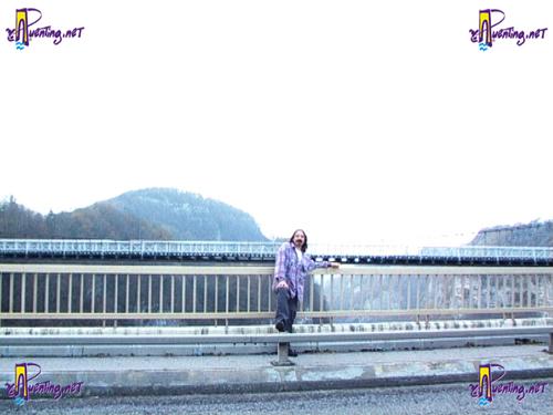 Gerttz en el puente Caquuot con el puente Charles-Albert de fondo